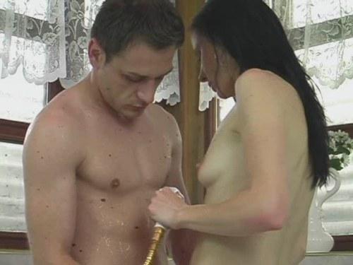 Meid wil dat hij tegen haar benen en haar vagina aan zeikt